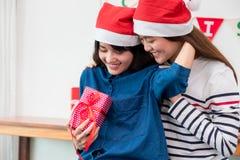 Подруга любовника Азии дает подарок рождества на партии xmas, gi Азии Стоковые Изображения
