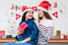 Подруга любовника Азии дает подарок рождества на партии xmas, gi Азии Стоковое фото RF