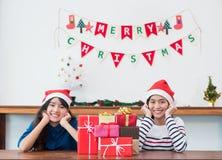 Подруги Азии носят шляпу santa в партии рождества и Нового Года Стоковое Изображение