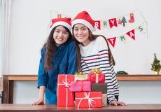 Подруги Азии носят шляпу santa в партии рождества и Нового Года Стоковые Изображения