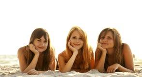 подруги бикини пляжа Стоковые Фото