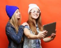 Подруги битника принимая selfie с цифровой таблеткой, студией Стоковые Изображения RF