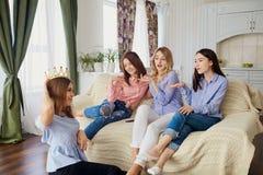 Подруги встречая говорить друзей Стоковое Изображение RF