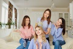 Подруги встречая друзей говоря в комнате Стоковое Фото
