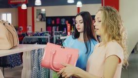 2 подруги выбрали сумки в магазине, обсуждают предстоящее приобретение видеоматериал