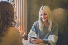 2 подруги выпивая кофе в кафе Стоковое Фото