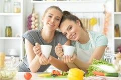 Подруги в кухне Стоковые Фото
