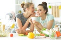 Подруги в кухне Стоковые Фотографии RF