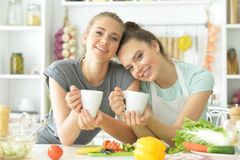 Подруги в кухне Стоковое Изображение RF