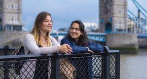 2 подруги в Лондоне - ослабляющ на мосте башни Стоковые Изображения