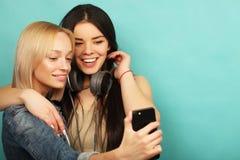 2 подруги в обмундировании битника делают selfie на телефоне Стоковые Изображения RF