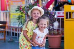 2 подруги в парке атракционов Стоковая Фотография RF