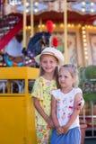 2 подруги в парке атракционов Стоковое Изображение RF