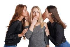 3 подруги деля сплетню стоковое фото