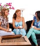 подруги кофе выпивая Стоковые Изображения