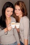 подруги кофе некоторый trinking стоковые фото