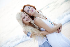 подруги пляжа красивейшие 2 детеныша Стоковые Изображения RF