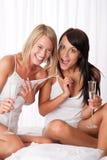 подруги потехи счастливые имеющ совместно 2 Стоковое Изображение RF