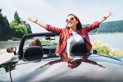 2 подруги путешествуя автомобилем cabriolet Стоковое фото RF