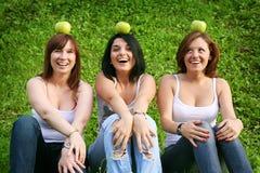 Подруги с яблоками напольными Стоковые Фото