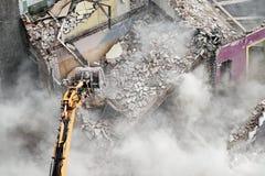 Подрывание здания с экскаватором в облаке пыли стоковое фото rf