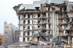 Подрывание и разрушение здания используя экскаватор Оборудование разорителей стоковое изображение