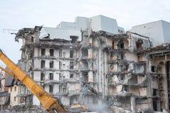 Подрывание и разрушение здания используя экскаватор Оборудование разорителей стоковые изображения