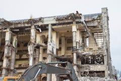 Подрывание и разрушение здания используя экскаватор Оборудование разорителей стоковые фото