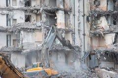 Подрывание и разрушение здания используя экскаватор Оборудование разорителей стоковая фотография rf