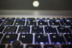Подсвеченная клавиатура компьтер-книжки показывая письма T Y U i o стоковая фотография rf