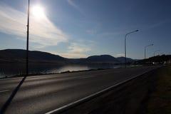 Подсвеченное дороги асфальта в Исландии стоковое фото