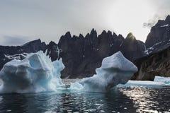 Подсвеченный айсберг и темные остроконечные скалистые клин стоковое фото