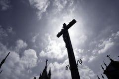 Подсвеченный крест кладбища Стоковая Фотография