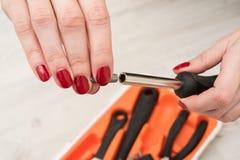 Подсказка для отвертки в женских руках Стоковое фото RF