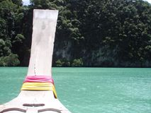 Подсказка тайского плавания шлюпки longtail через мерцающую воду стоковое фото