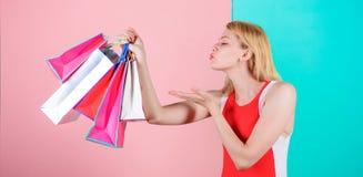 Подсказки, который нужно ходить по магазинам продажи успешно Хозяйственных сумок пука владением платья женщины предпосылка красны стоковое фото rf