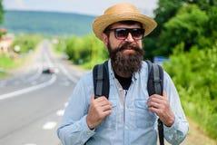 Подсказки опытного backpacker Укомплектуйте личным составом бородатый backpacker битника на крае шоссе Выберите меня вверх Backpa стоковая фотография rf