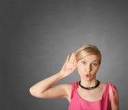 подслушивающ что-то женщина Стоковые Фотографии RF
