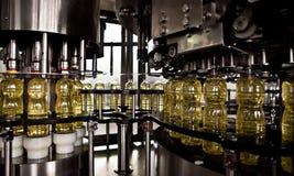 Подсолнечное масло в бутылке двигая дальше производственную линию Отмелый DOF стоковые фото