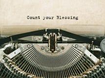 Подсчитайте ваше благословение напечатанное слова на винтажной машинке Стоковые Фотографии RF