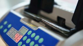 Подсчитывать банкноты usd акции видеоматериалы