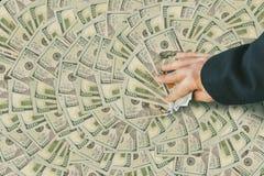 подсчитывать деньги человека Стоковые Изображения