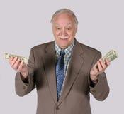 подсчитывающ его деньги вне Стоковая Фотография RF