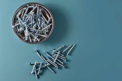 Подтверждения необходимостей плотничества на металлической пластине на голубой предпосылке стоковое фото rf