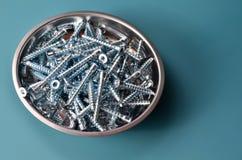 Подтверждения необходимостей плотничества на металлической пластине на голубой предпосылке стоковая фотография rf