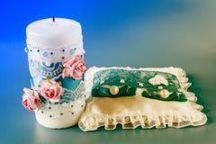 Подушка для колец и свечи свадьбы стоковые фото