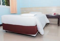 Подушка кровати и покрывала белая внутри в спальне стоковое изображение