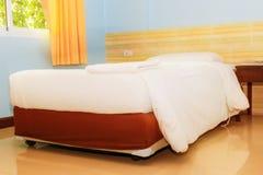Подушка кровати и покрывала белая внутри в спальне стоковые изображения