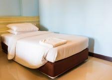 Подушка кровати и покрывала белая внутри в спальне стоковое изображение rf