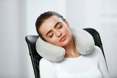 Подушка перемещения Женщина с подушкой на шеи стоковая фотография